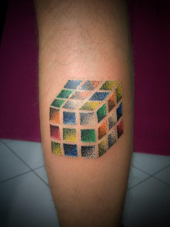 O nome oficial dele é Rubiks Cube, mas eu chamo de Cubo do DIABO mesmo! Na minha vida toda eu só consegui tacar ele na parede de raiva!