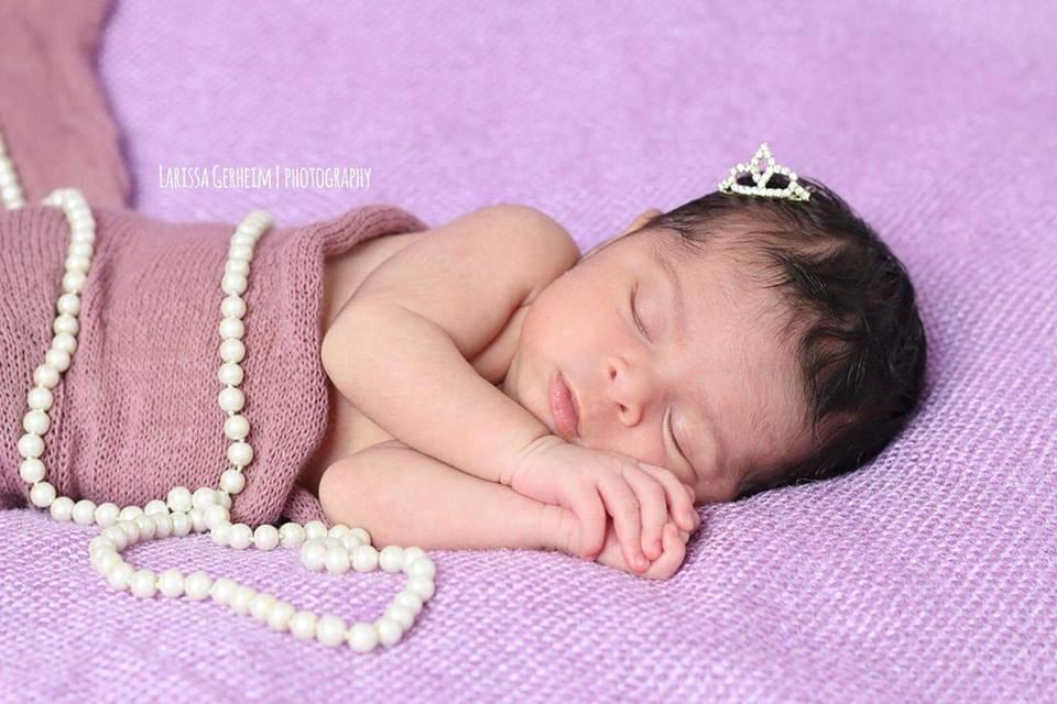 Olha que princesa linda! Com coroa e tudo mais! Fofura até não aguentar mais!