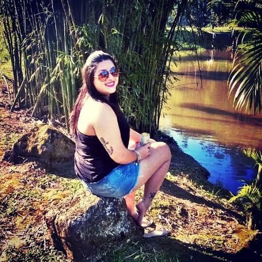 Jéssica Carvalho, de boa na lagoa!