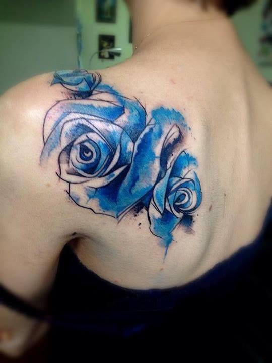 Watercolor shoulder tattoo by Victor Octaviano: elegant!