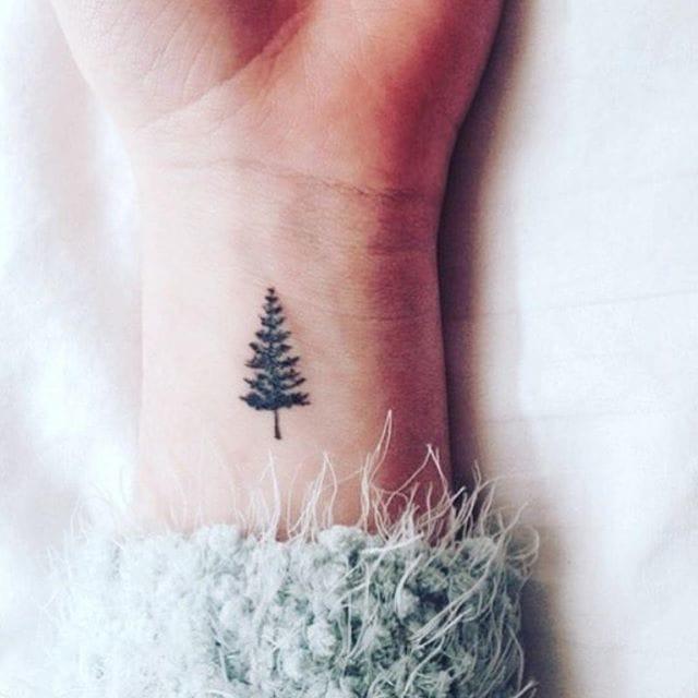 Cute christmas tree tattoo/ Source: Instagram @christmasmagic