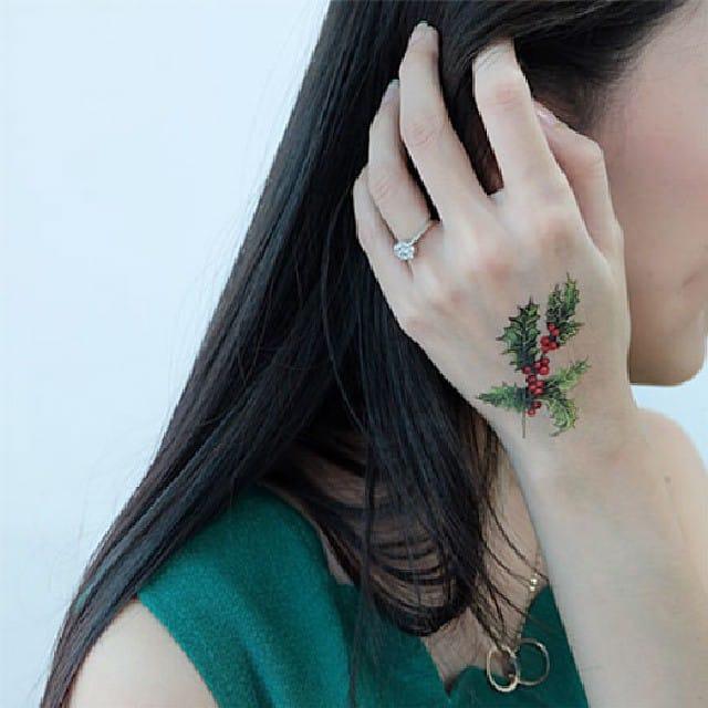 Mistletoe christmas tattoo/ Source: Instagram @potatoomedan