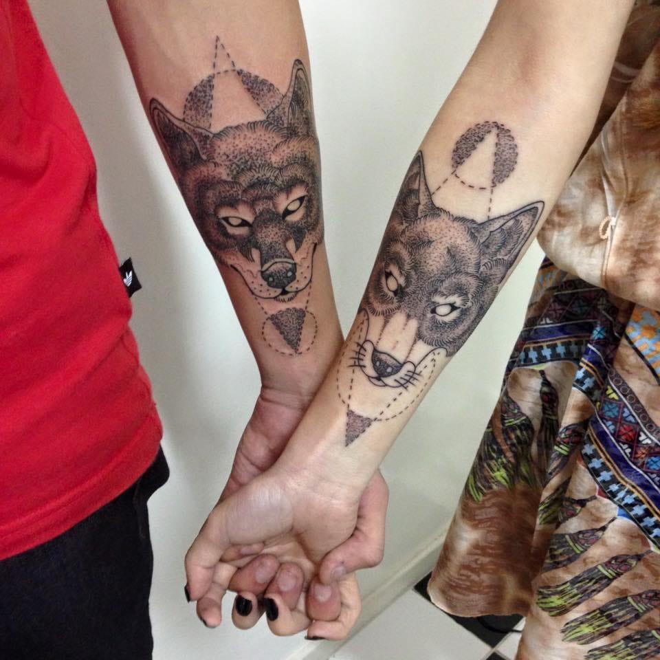 Tatuagem de casal que hoje em dia não é mais escrever nomes, e sim fazer tatuagens gêmeas ou que celebre gostos pessoais idênticos!