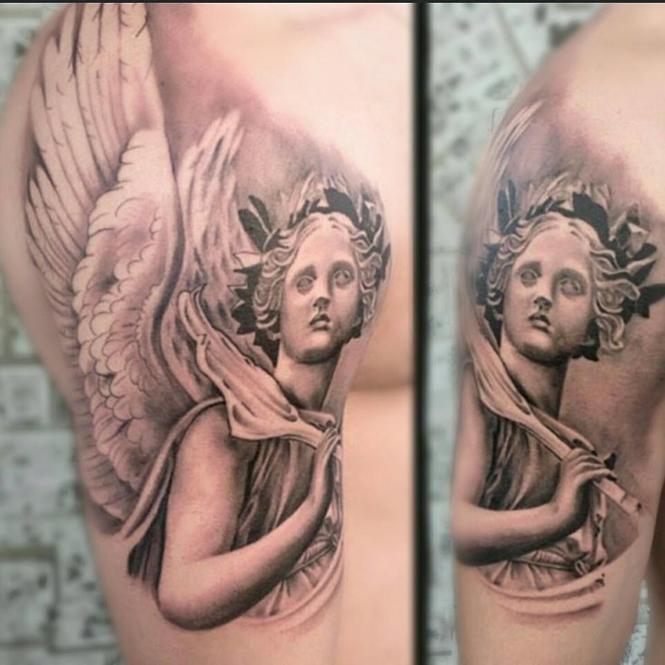 Estátua de um anjo em preto e cinza