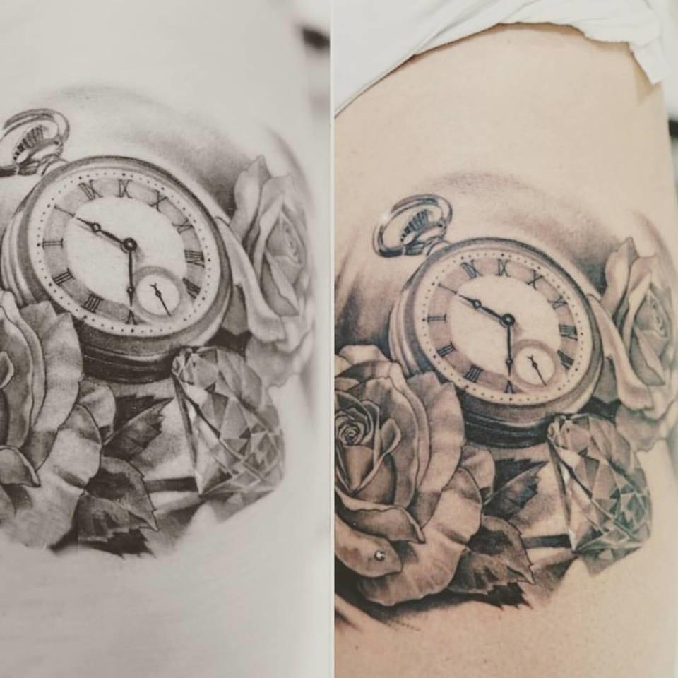 Relógio e flores