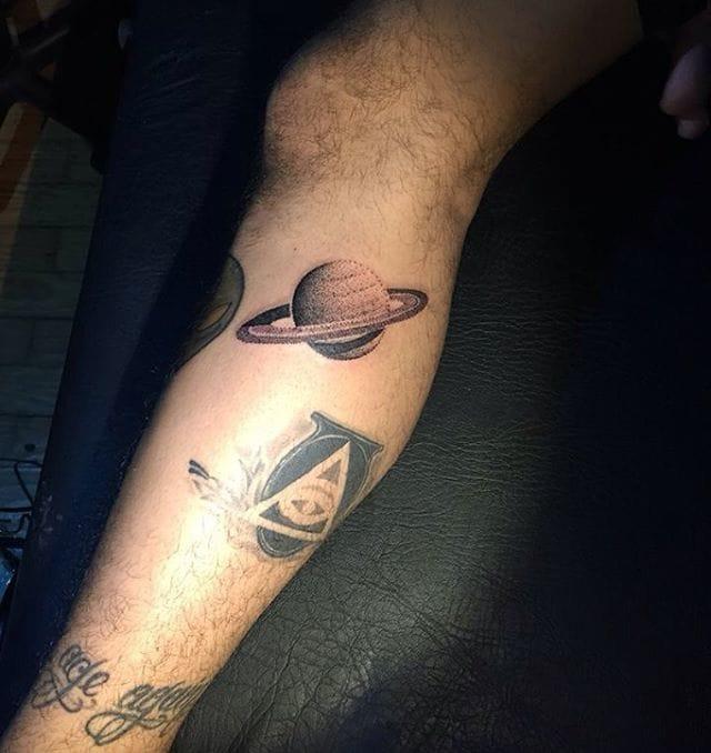Dotwork Saturn Tattoo by Héctor Arroyo