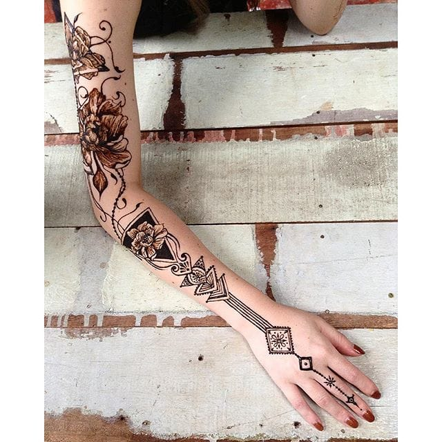 Floral design and linear patterns make up this original and unusual henna tattoo designs. Photo from Instagram thesteadyhands #henna #floral #pattern