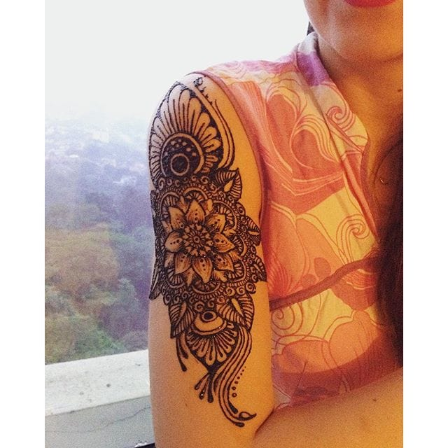 Gorgeous detailed arm piece with more traditional influence. Photo from Instagram thesteadyhands #traditional #ornaments #henna