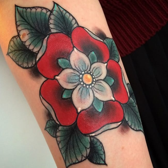 Beautiful tudor rose by Arienette Ashman, Boss Black Tattoo Parlour, Bournemouth, UK. Photo Instagram @xsinkingshipsx