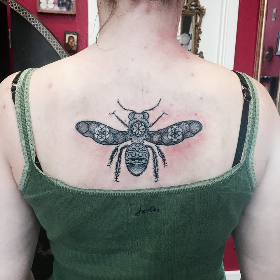 Dotwork bee by Nic Smith.