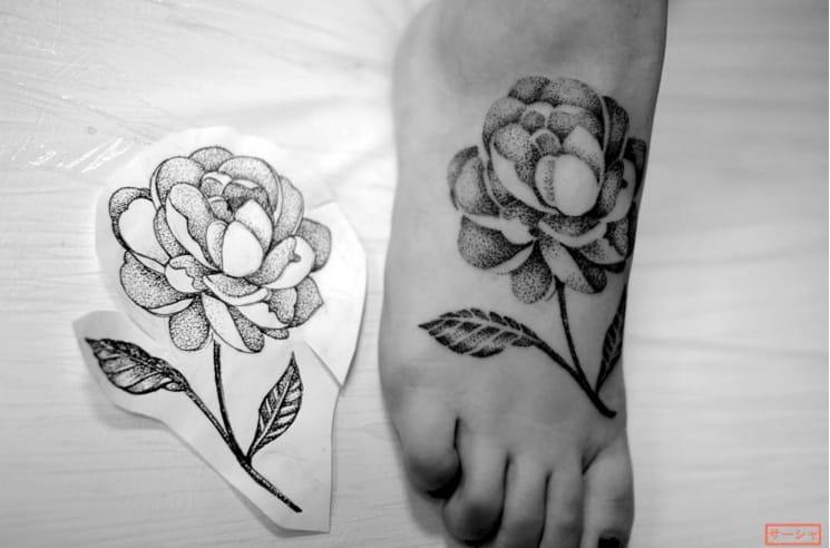 Foot tattoo by Sasya Katuna (Instagram @sashalys).