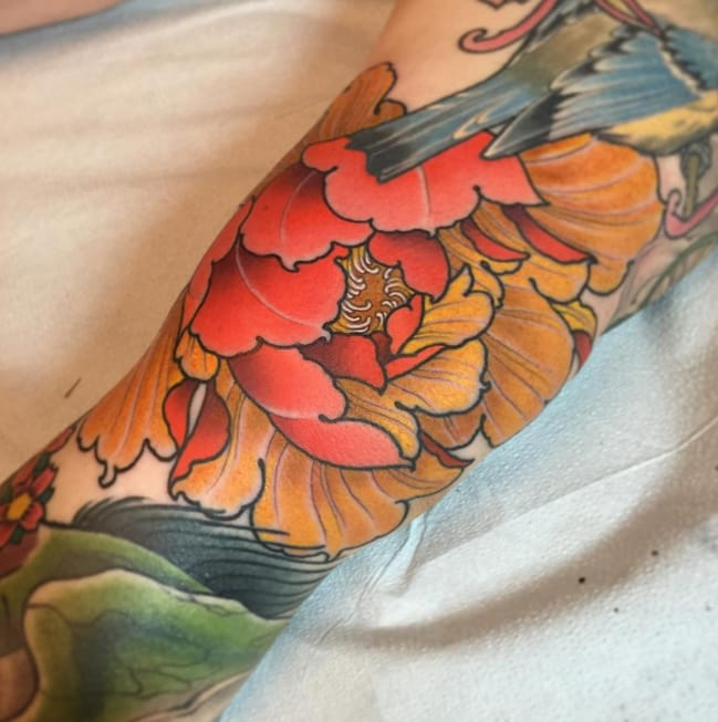 11 perfectly placed knee peony tattoos tattoodo for Tattoo shops tyler tx