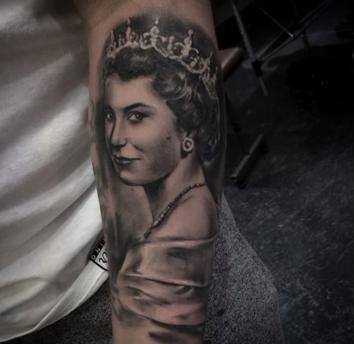 Perhaps THE most impotant British celebrity, Queen Elizabeth II, by Silviazed, Shall Adore Tattoo, London (Instagram @silviazed).