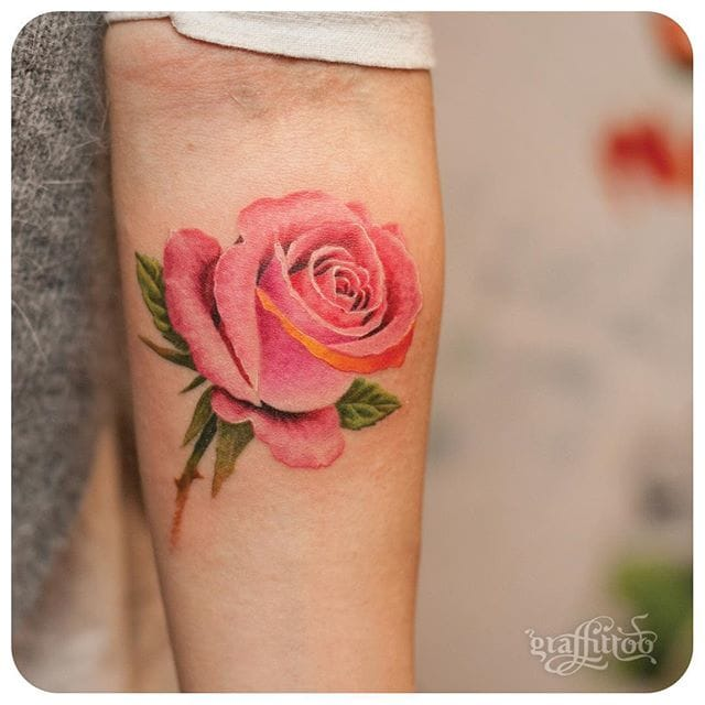 Little tattoos of flowers look so beautiful. Gorgeous rose tattoo. #delicate #graffittoo #rose #realistic #color #floral