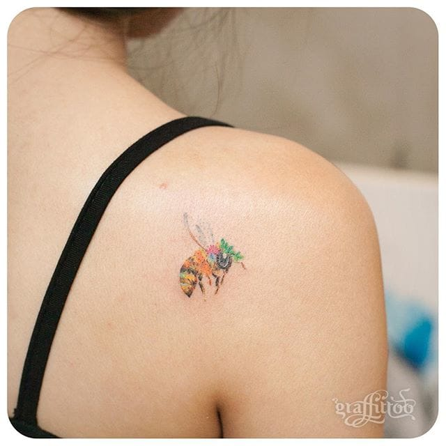 Little tattoos of animal look so cute. Discreet bee tattoo #delicate #graffittoo #bee #animal #color