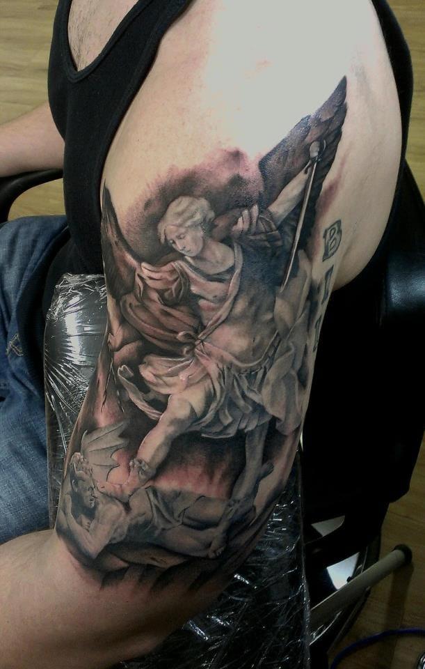 Maravilhosa tatuagem do Arcanjo Miguel! Descendo a porrada em satanás! Chupa essa inferno!!!