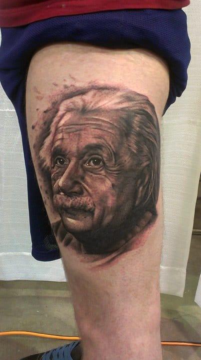 Um gênio tatuando outro