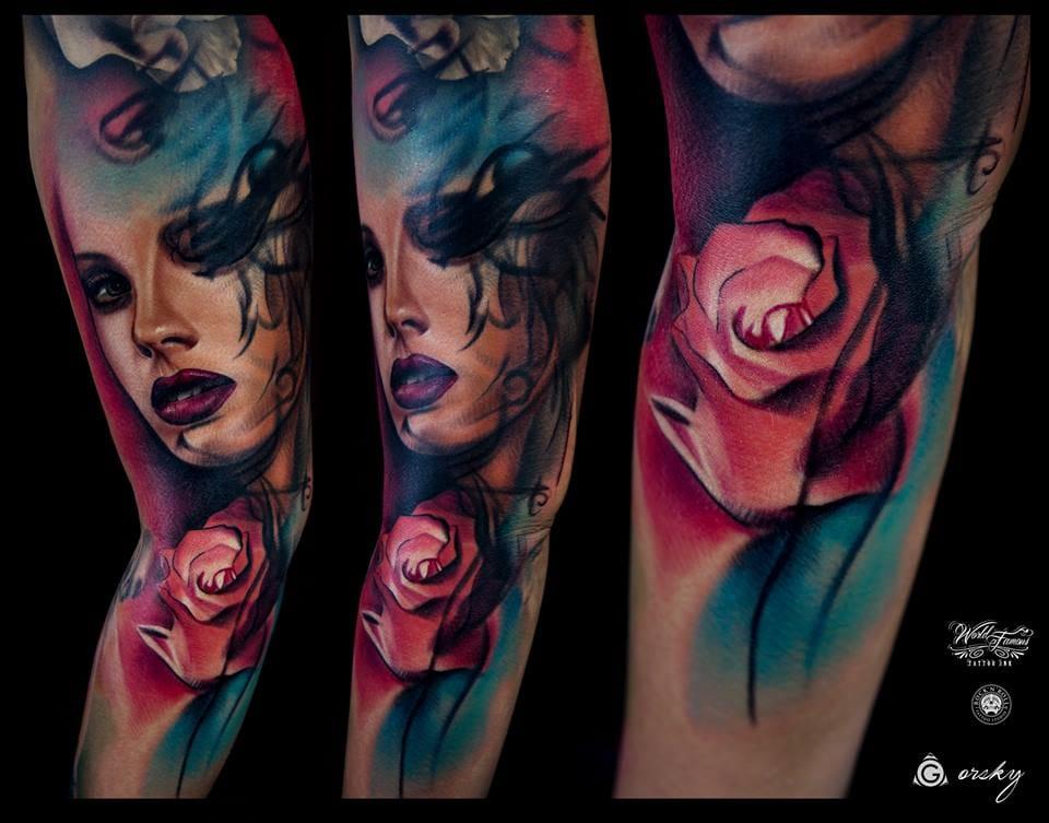 Muitas cores e traços densos, dando um ar sombrio à tatuagem
