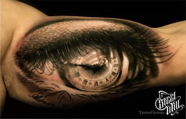 Maravilhoso olho com um relógio na íris!