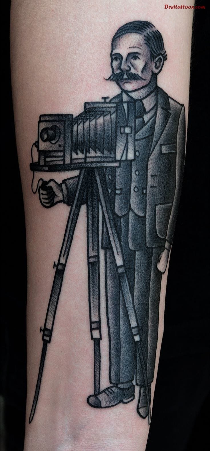 Amazing black and solid traditional tattoo, with the camera man! Artist unknown