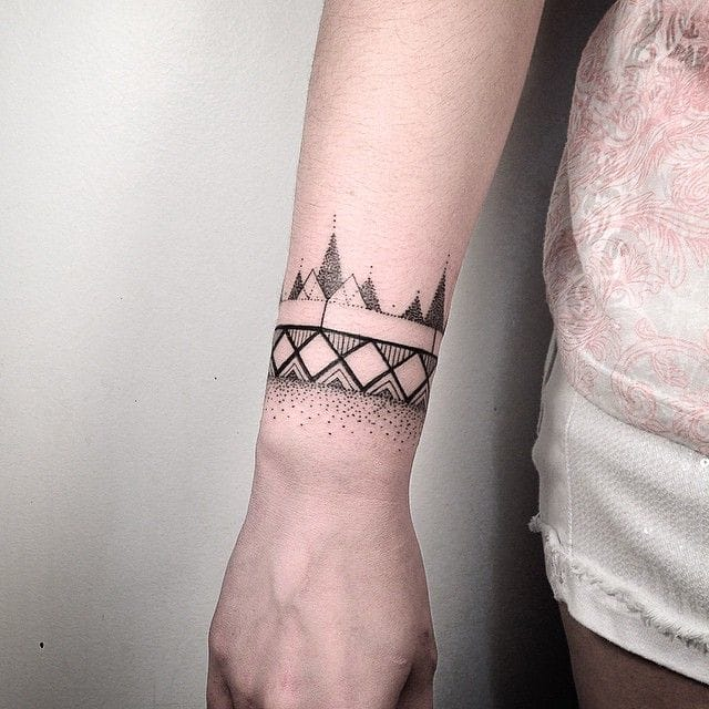 Bracelet wrist tattoo by Daniel Matsumoto #wrist #blackwork #geometric