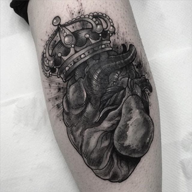 Anatomical heart with crown. Tattoo by Leny Tusfey.