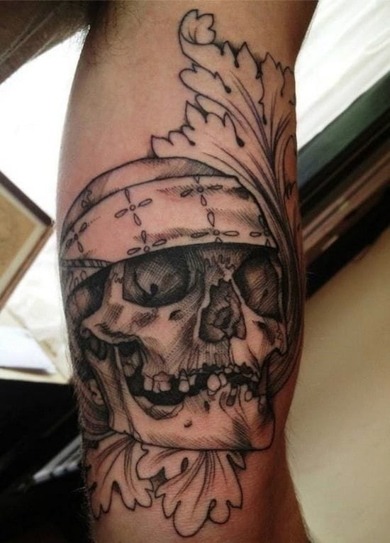 Pirate skull in black and grey by Jenzie.