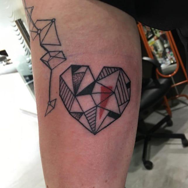 Geometric heart tattoo by Kini Tattoo. Photo: Instagram.