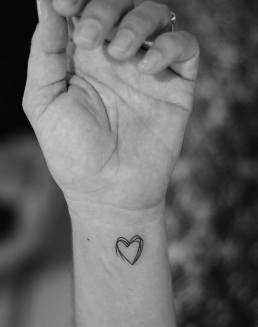 Simple outline of a heart by Samuel Correia, Inktrace Tattoo. Photo: Instagram.
