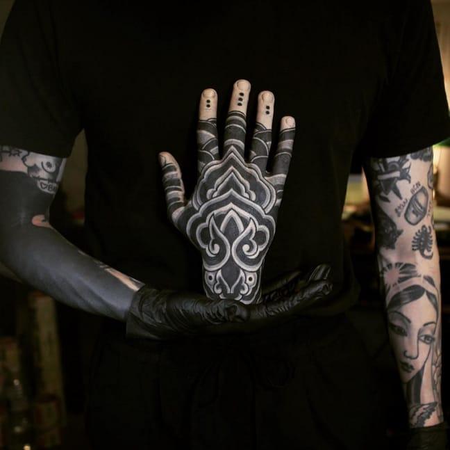 Hand tattoo by Apro Lee. Photo: Instagram.