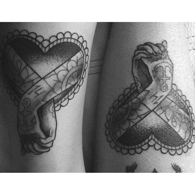 Sweet heart tattoos @cuerda13/Instagram #coupletattoo #holdinghands #heart #anchor