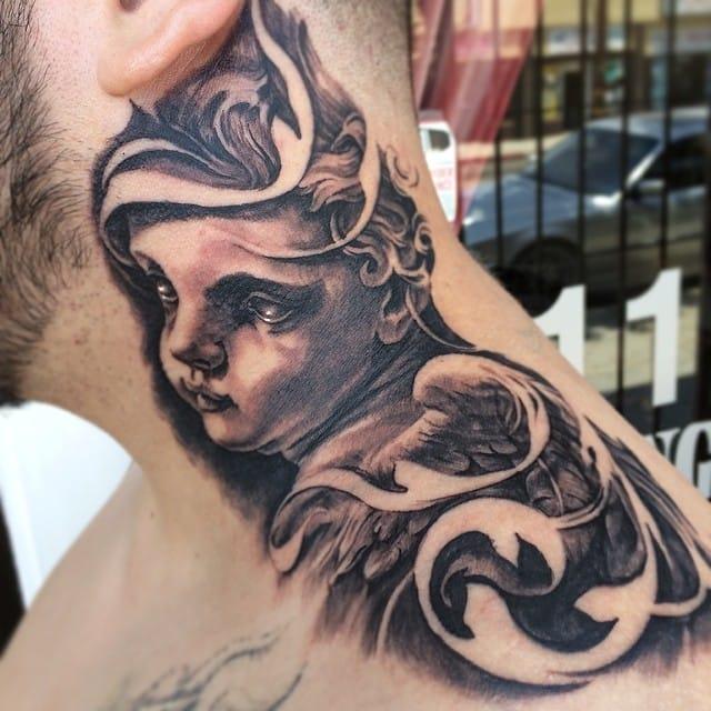 Tatuagem no pescoço feita por Carlos Torres