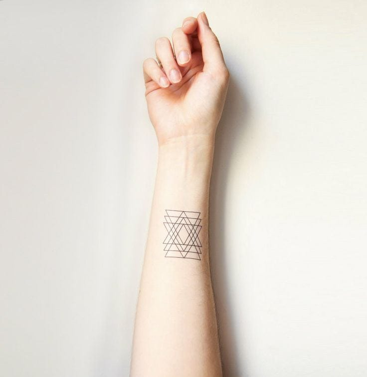 Probably a fake tattoo but nice idea for a small piece. #geometric #geometry #lines #linework