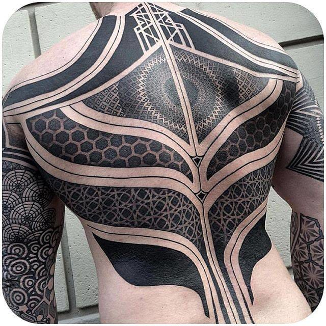 (@nissaco) #backpiece #blackwork #geometric #linework