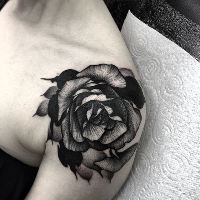 Awesome rose tattoo by Kelly Violet. Instagram: @kellyviolence