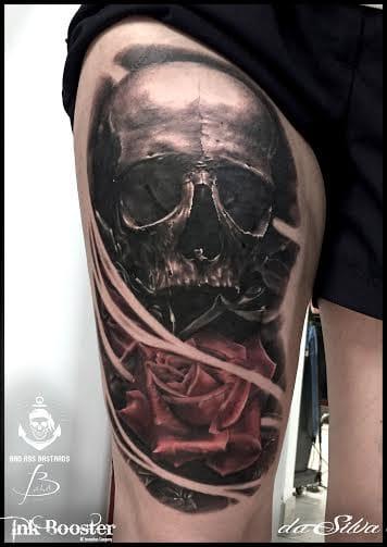 Caveira e flor! #skull #caveira #rosas #pretoecinza #black&grey #realismo #talentogringo #alemanha #tattoodo #brasil #brazil #portugues #portuguese