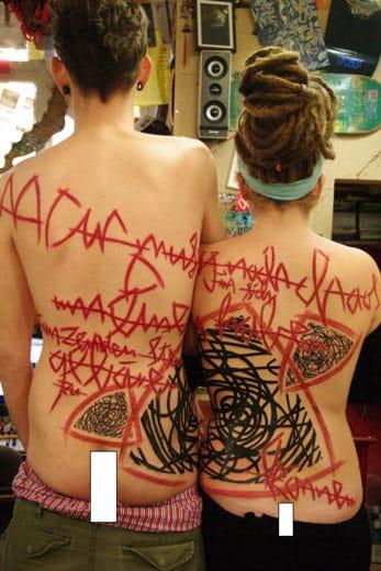 Little Wastika #casal #tatuagemdecasal #fechamentodecostas #backpiece #tatuagemabstrata #colorida #abstrata #brasil #brazil #portugues #portuguese