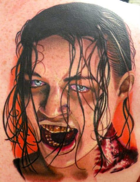 John Pohl e uma tatuagem do primeiro filme do Resident Evil #residentevil #nerd #filmes #michellerodriguez #zumbis #tatuagemdezumbi #zombietattoo #nerd #thewalkingdead #brasil #brazil #portugues #portuguese