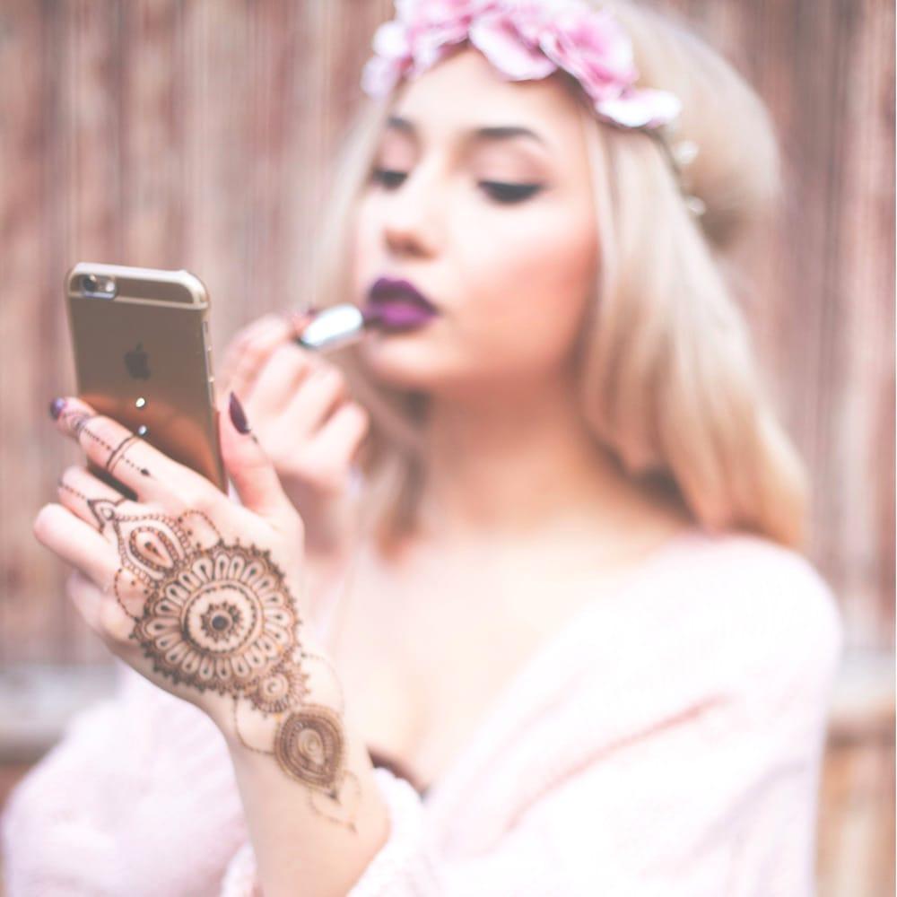 Henna tattoo on the left hand representing femininity / Source: DyRogue #henna #hennatattoo