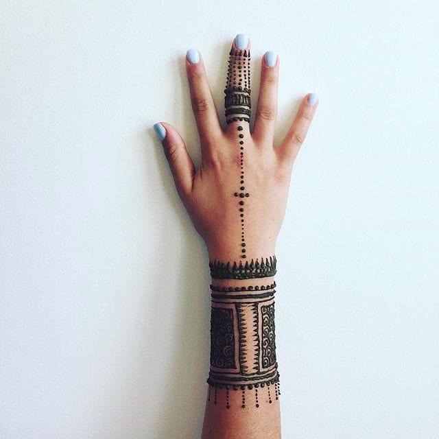 Henna on the upper back by Lou K via Instagram @hennaearth #LouK #henna #hennatattoo #HennaEarth #temporarytattoo