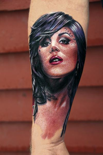 Of course, with her famous show LA Ink, Kat Von D often ends up in the skin of her fans. Here by Electric Linda.