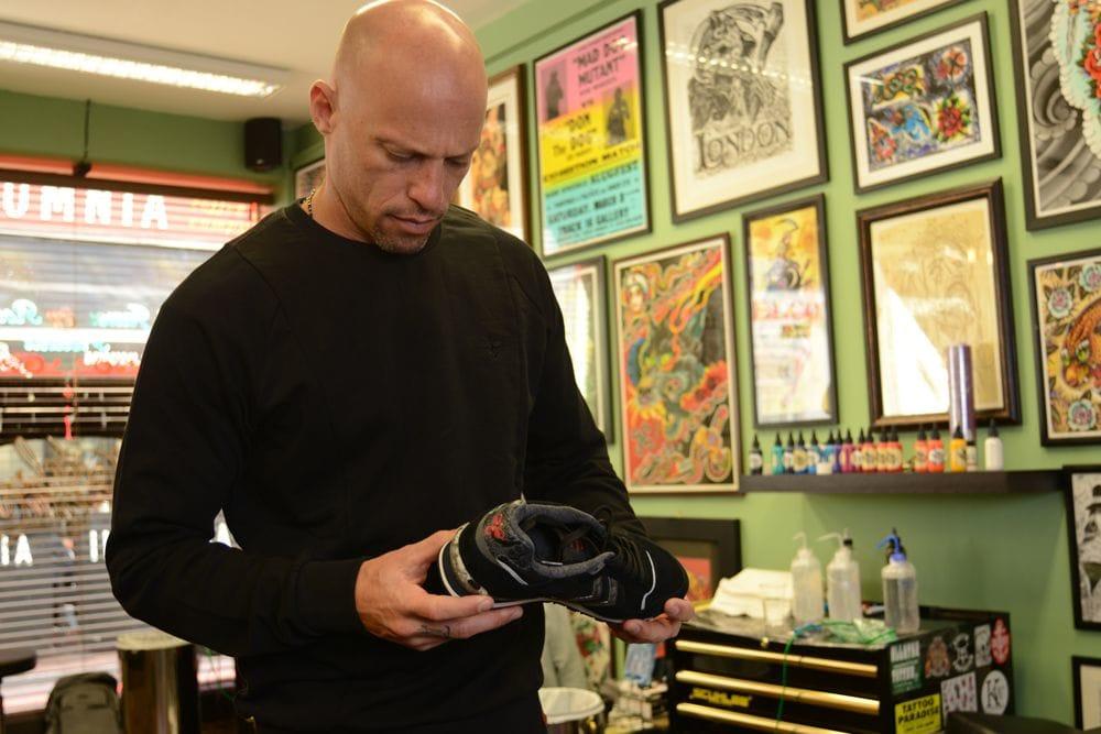 Ami in theHummel x Tattoodo crew sweat looking at the new sneaker.