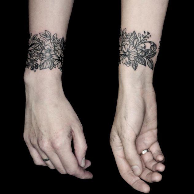 Beautiful flower blackwork bracelet #flowers #fineline #blackwork #bracelet #YaninaViland
