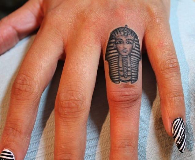 Egyptian head by Elizabeth Markov (@lazerliz)