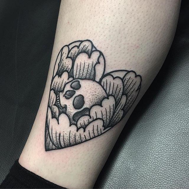 Peony Skull Tattoo by Blakey Tattooer #peony #peonyskull #peonyskulltattoo #blackwork #blackworktattoo #blackworktattoos #traditionalblackwork #traditionalblackworktattoo #traditional #BlakeyTattooer