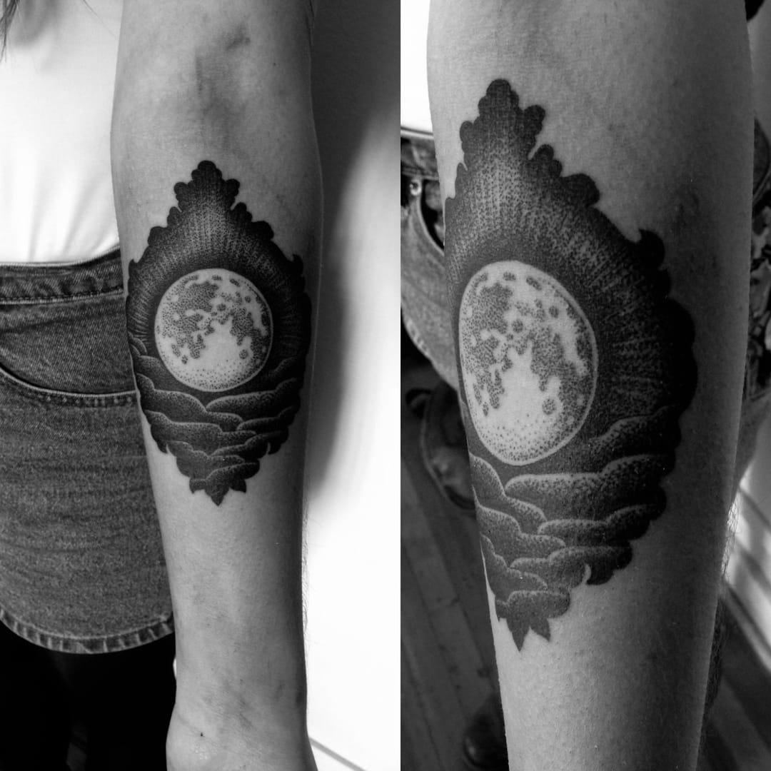 Lovely blackwork moon tattoo by Macarena Sepúlveda #moon #blackwork #btattooing #celestial #dotwork #Macarena Sepulveda