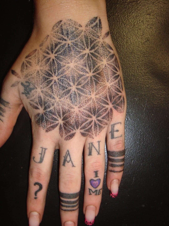 Tatuagem na mão feita por Mary Jane