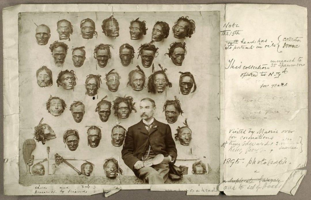 Aqui vemos o maior colecionador de cabeças Maori