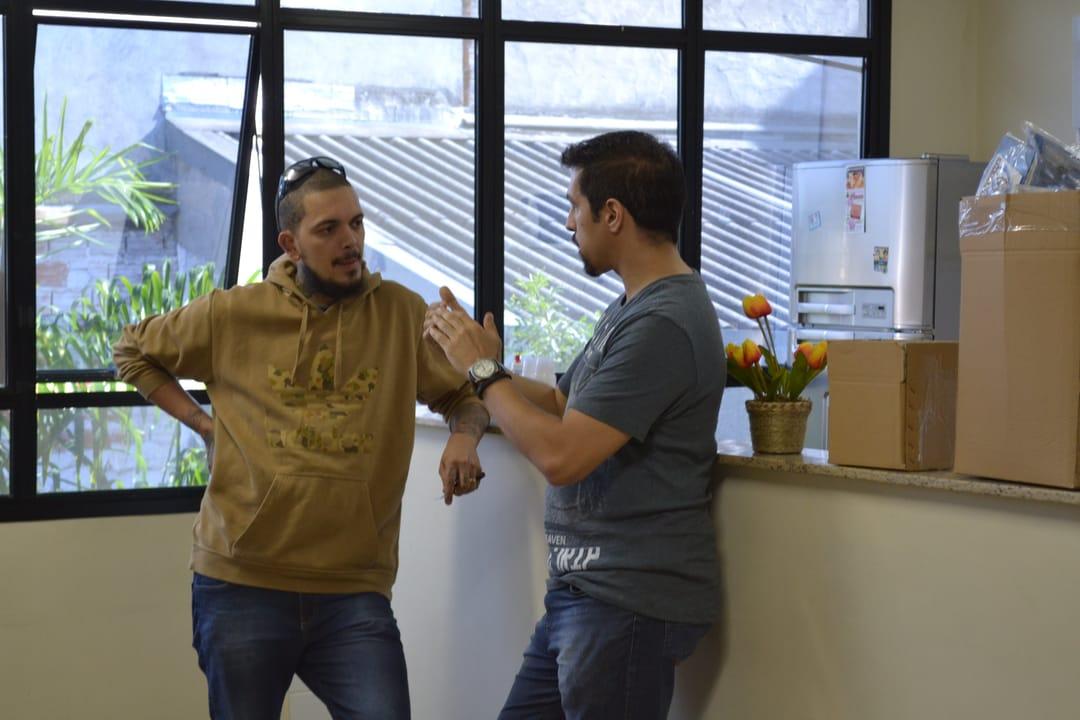 Fernando Souza (à direita) conversando sobre técnicas de tatuagem com Tony Gomes