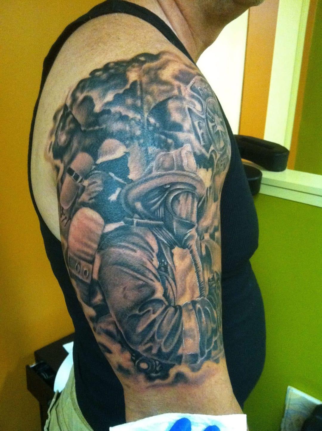 Tatuagem em preto e cinza da ação contra o fogo (Sabe o nome do artista? Conte para a gente nos comentários)